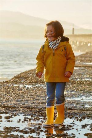 Je kids lekker stoer en droog de regen of sneeuw in laten gaan, kan met deze leuke kinderregenjas Mersch geel. De regenjas is fleece gevoerd en vervaardigd uit 100% ademend polyurethaan Regenlaarsjes geel C3014 gele kinderregenjas Mersch